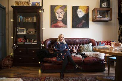Anni-Sofia Kauppilan kodissa Puu-Raksilassa kauniit kirjat ja vaatteet ovat osa sisustusta–asunnon tunnelmassa on ripaus Twin Peaksia ja 1920-lukua