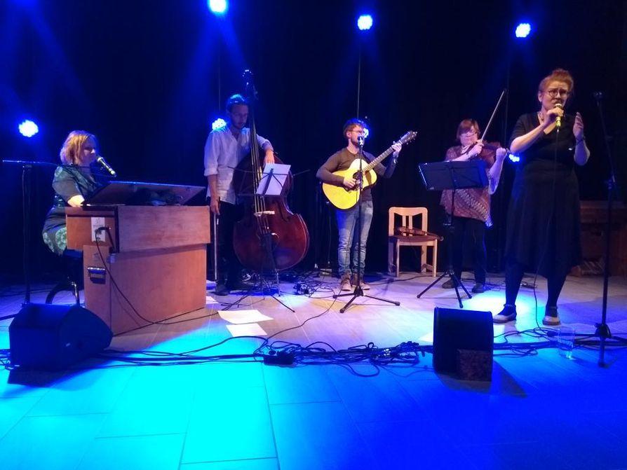 Oululaisessa Otrassa soittavat Heli Haapaniemi, harmoni, Heikki Saarenkunnas, basso, Lauri Marjakangas, kitara ja Jaana Herlevi, viulu ja alttoviulu. Laulusolisti on bändin perustaja Maarit Saarenkunnas.