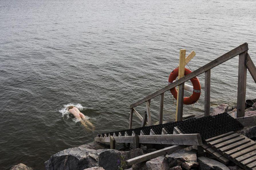 Merivesi on vielä kylmää. Sompasaunalaista Tuomas Lillebergiä se kuitenkin vain virkisti.