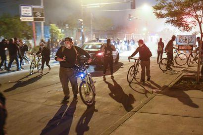 Mustan miehen pidätyskuolemasta alkaneet mellakat levisivät ympäri Yhdysvaltoja - ulkonaliikkumiskielto ei saanut protestoijia pysymään poissa kaduilta