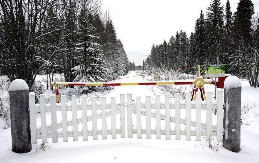 Raatteen raja-aseman portilta ei näy Venäjälle asti, sillä naapurimaa jää mutkan taakse.