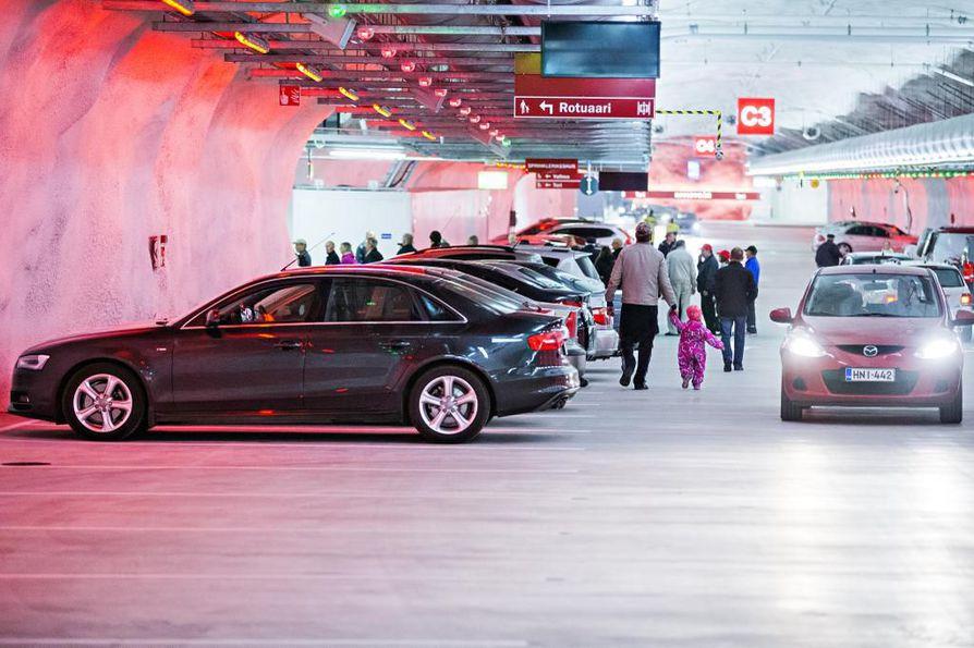 Oulun kauppakamarin mukaan Kivisydämen nykyiset 900 autopaikkaa eivät riitä Oulun keskustan pysäköintitarpeisiin.