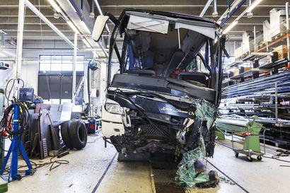 Kuopion tuhoisan bussiturman oikeuskäsittely alkaa tänään – Syyttäjä vaatii lappilaismiehelle rangaistusta muun muassa neljästä törkeästä kuolemantuottamuksesta