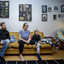 """""""Sä et oo mun äiti"""", tokaisi Kaisla Huovisen kumppanin tytär, kun pariskunta alkoi tapailla – kolmelle paikkakunnalle hajautuneen uusperheen kokoonpano vaihtelee kahden ja kahdeksan välillä"""