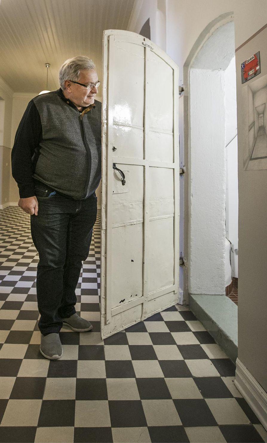 Virastomestari Pentti Mikkonen esittelee karsseria, eli putkaa, jonne pahankuriset pojat pantiin arestiin. Siellä vietti aikaa myös tuleva presidentti Kyösti Kallio.
