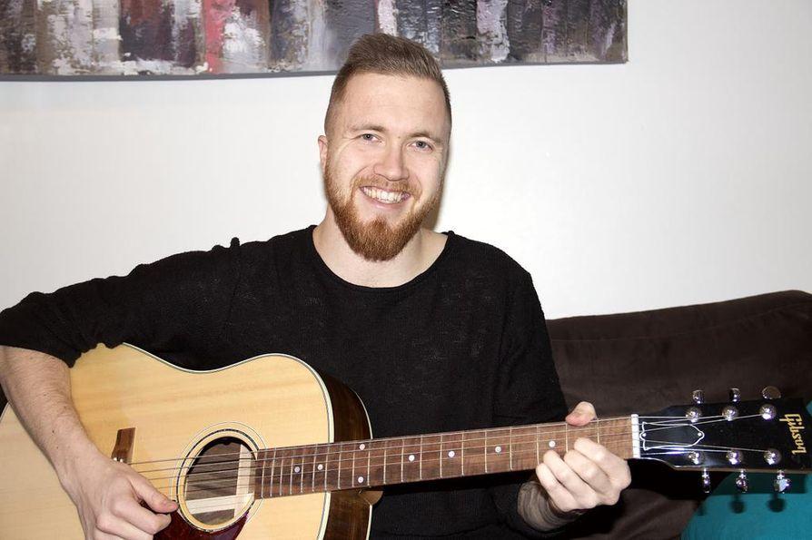 Soolouraa virittelevä Lauri Peisterä, 29, työskentelee päivisin luokanopettajana ja tekee vapaa-ajallaan musiikkia.