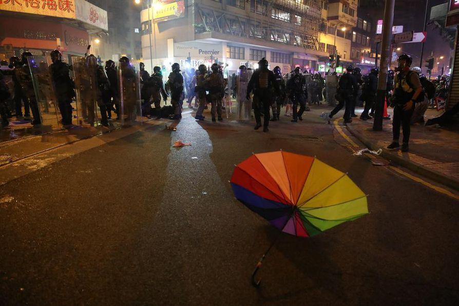 Poliisin ja mielenosoittajien yhteenotot ovat kesän aikana muuttuneet väkivaltaisemmiksi. Poliisin voimankäyttö herättää mielenosoittajissa suuttumusta. He ovat vaatineet tutkintaa poliisin toimista.