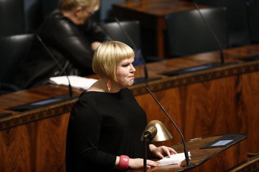 Perhe- ja peruspalveluministeri Annika Saarikko (kesk.) sanoo, että koulukotien valvonnassa voi olla isoja eroja eri puolilla Suomea.
