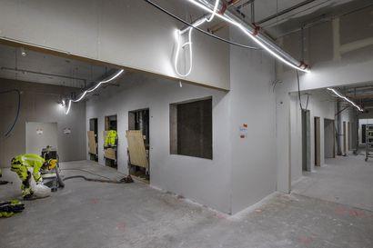 Tällaisia ovat tulevaisuuden sairaalat, jollaista Oulussakin rakennetaan parhaillaan – potilaat hoidetaan yhden hengen huoneissa ja kaikille on oma suihku ja vessa