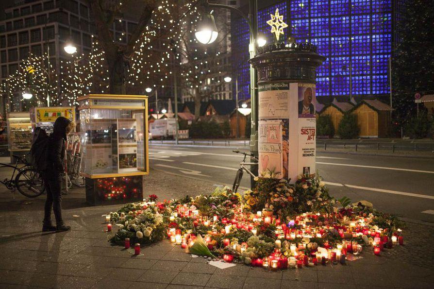 Berliinin rekkaiskun uhreja muistettiin kynttilöin ja kukin.