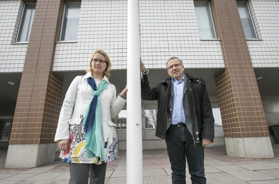 Työterveyshuollon erikoislääkäri Saija Hyvönen ja sairaanhoitopiirin infektioiden torjuntayksikön osastonylilääkäri Hannu Syrjälä haluavat herätellä ammattikuntaansa. Heidät kuvattiin poliisitalon edessä.