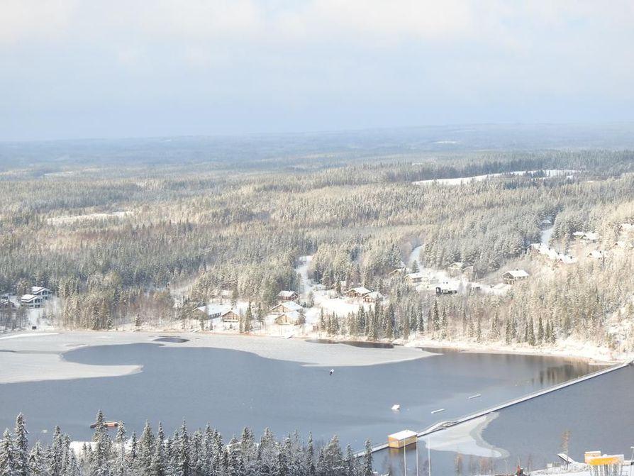 Ukkohallan hiihtokeskuksessa on noin 350 mökkiä ja huoneistoa.