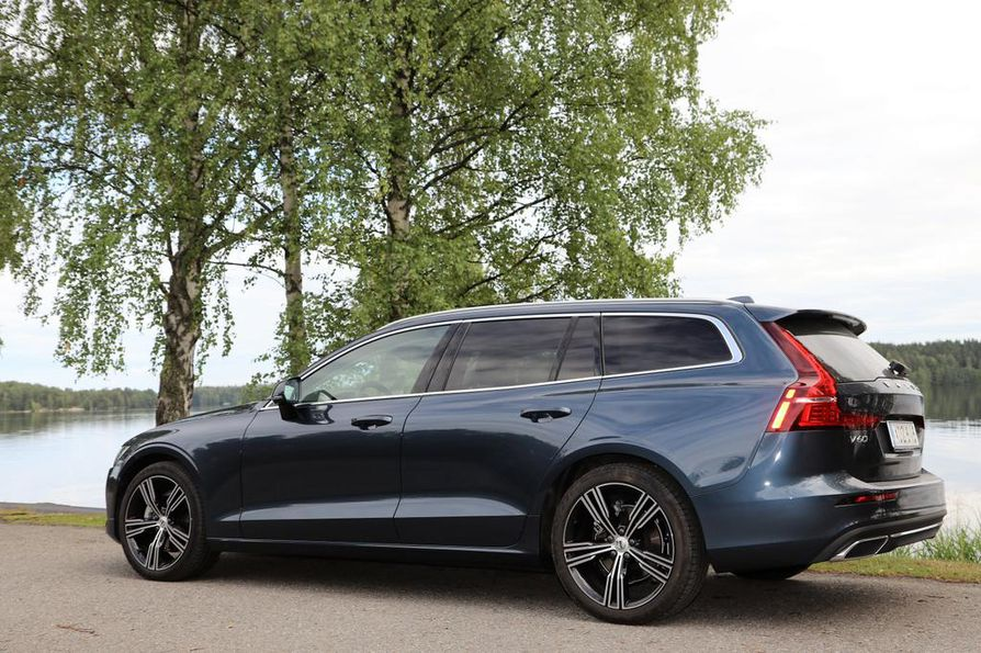 Uudistunut Volvo V60 on venynyt pituutta lähes 13 ja leveyttä 2,5 senttiä. Eniten lisämitasta hyötyvät takapenkkiläiset ja tavaratilan käyttäjät. Linjakas kori on keveän kaunis.