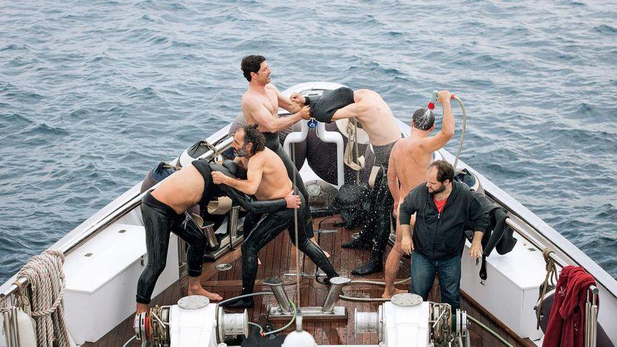 Kuusi miestä luksusjahdilla kilpailee Chevlier-elokuvassa kaikessa, kuka on paras. Rooleissa ovat Yorgos Kendros, Panos Koronis, Vangelis Mourikis, Makis Papadimitriou, Yorgos Pirpassopoulos ja Sakis Rouvas.