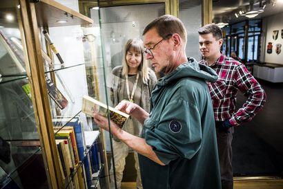 Legendaarisen kirjastonjohtajan kotikirjasto lahjoitettiin Rovaniemen kaupunginkirjastolle – Osa teoksista on jatkuvasti esillä Lapponica-salissa