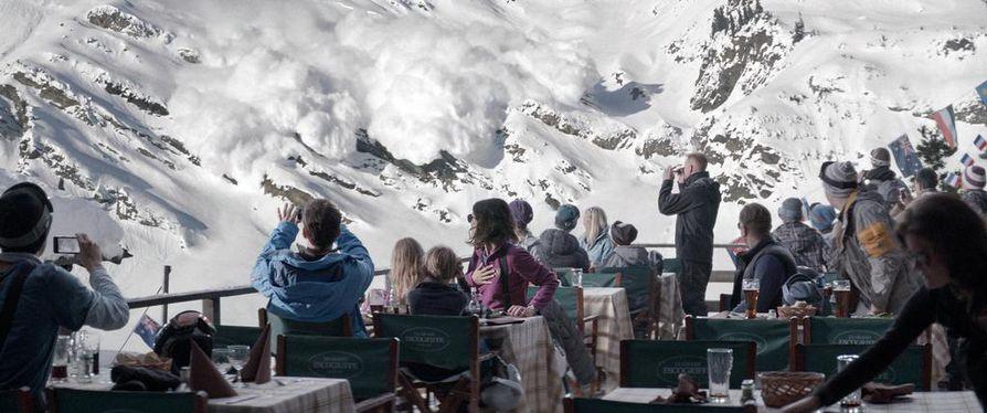 Lumivyöry koettelee perhesuhteita ruotsalaisessa elokuvassa Turisti.