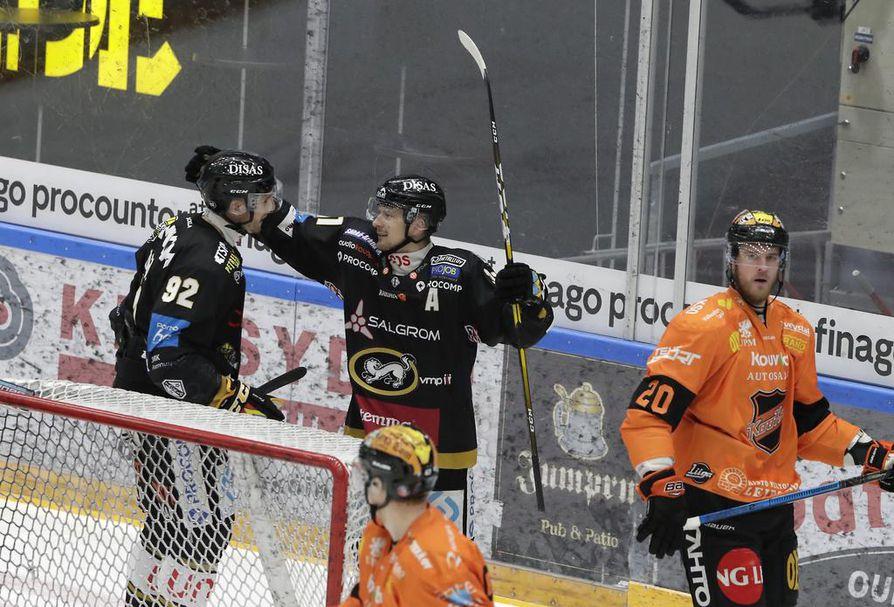 Oskar Osala (vas.) teki keskiviikkona neljä maalia KooKoon verkkoon.