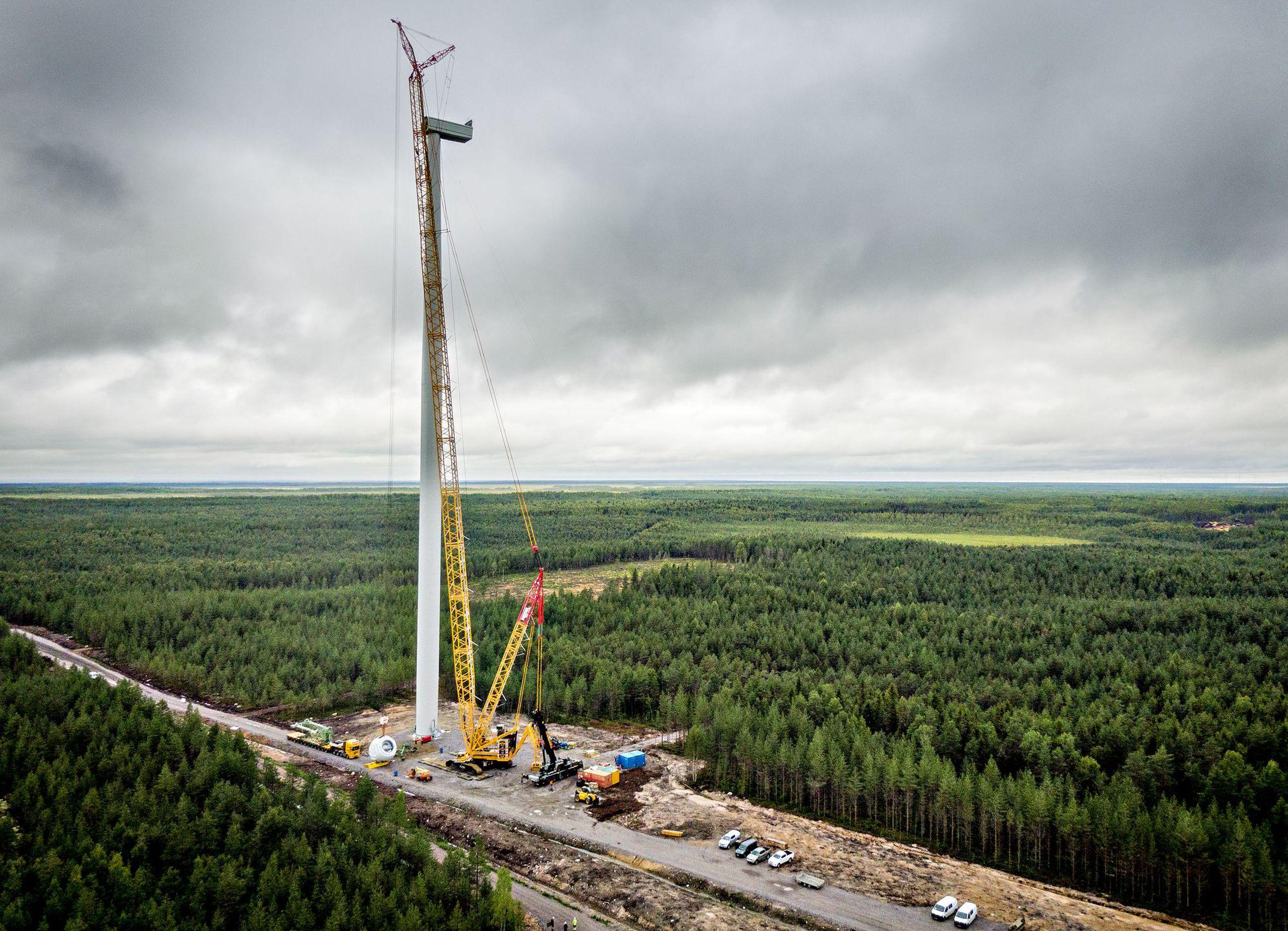 Roottorin napaa nostettiin Limingassa 155 metriä korkean tuulivoimalan huipulle. Hirvinevan neljä tuulivoimalaa valmistuvat syksyn aikana.