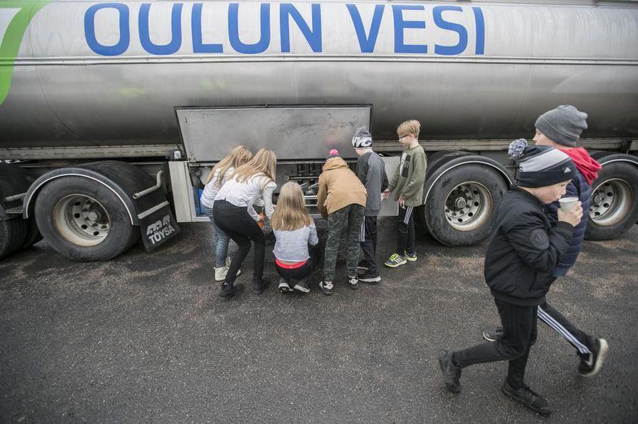 Oulunsalon Niemenrannan koulun oppilaat hakivat välitunnin päätteeksi juomavettä Oulun Veden varaveden jakelupisteeltä tiistaina.
