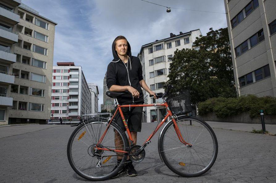 Kun autoa ei saa käyttää, polkupyörä tulee tarpeeseen. Timo Korpi rakensi oman pyöränsä itse helsinkiläisellä työpajalla. Hän laski, että lopputulokseen olisi käytetty osia jopa yli 30 pyörästä.