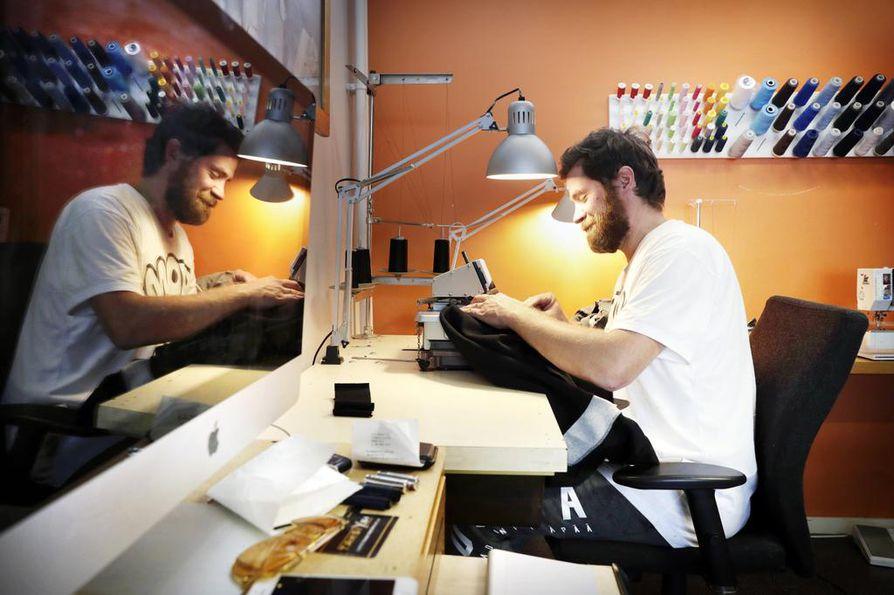 Kooman yrittäjä Antti Putkonen suhtautuu kriittisesti vaateteollisuuden syklien nopeutumiseen ja se on vaikuttanut hänen omaan työhönsä. – Enää ei riitä, että  tehdään kaksi mallistoa vuodessa, vaan se voi olla jopa kahden  viikon välein.
