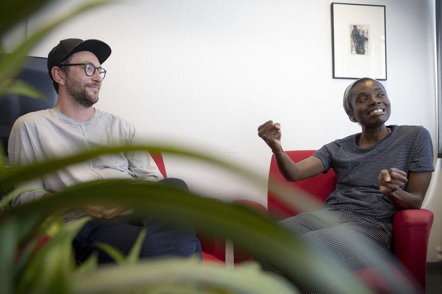 Näyttelijät David Kozma ja Diana Tenkorang toteavat, että murteen puhuminen on haastavaa lyhyen aikavälin projekteissa. Kun harjoituksillekaan ei ollut liiemmin sijaa, Oulun murteen käyttö jätettiin taka-alalle.