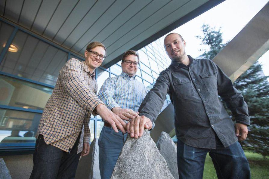 Teemu Vanninen (vas.), Matti Raustia ja Toni Lindén hitsautuivat yhteen Oulun yliopiston langatonta tietoliikennettä kehittävässä yksikössä. He suunnittelevat ratkaisuja erityisen vaativiin ympäristöihin, kuten arktisille alueille ja merille, missä eivät toimi edes satelliittiyhteydet. Teknologia lähtee liikkeelle taajuusalueen alapäästä, kun matkapuhelimissa juostaan kiinni taajuusalueen yläpäätä.