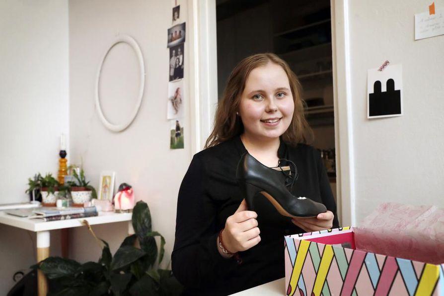 Veronica Helasen valmistautuminen 5. joulukuuta vietettäviin ylioppilasjuhliin on hyvässä vauhdissa. Oululaisen ei tarvitse enää lähteä kenkä-, mekko- tai lakkiostoksille.