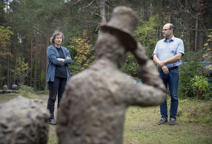 Katriina Bendiksen ja Jarkko Metsänheimo pohtivat, toteutuuko heidän isänsä, taiteilija Raimo Metsänheimon teoksista koottu veistospuisto. Etualalla pronssiveistos Valtiovierailu.