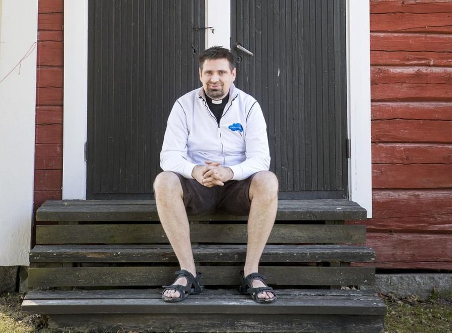 Oulunsalon seurakunnan kappalainen Jukka Joensuu haluaisi saada ennaltaehkäisevän parisuhdetyön vahvemmin osaksi kirkon työtä.