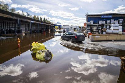 """Rovaniemen K-Raudan tulvavahingot saattavat nousta yli 10 000 euroon – """"Takapihallamme on järvi"""""""