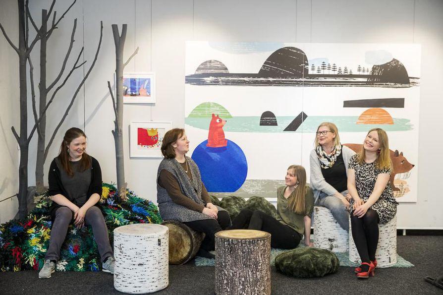 Kati Inkanen (vas.), Tiina Paaso, Anna Anttonen, Heidi Hyväri ja Riika Ruottinen rakentavat parhaillaan lauantaina alkaviin Lumotut sanat -sanataideviikkoihin liittyvää kuvitusnäyttelyä Valvegalleriaan.