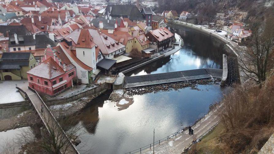 Vltava virtaa Český Krumlovin vanhassa kaupunginosassa, joka kuuluu Unescon maailmanperintöluettelokohteisiin.