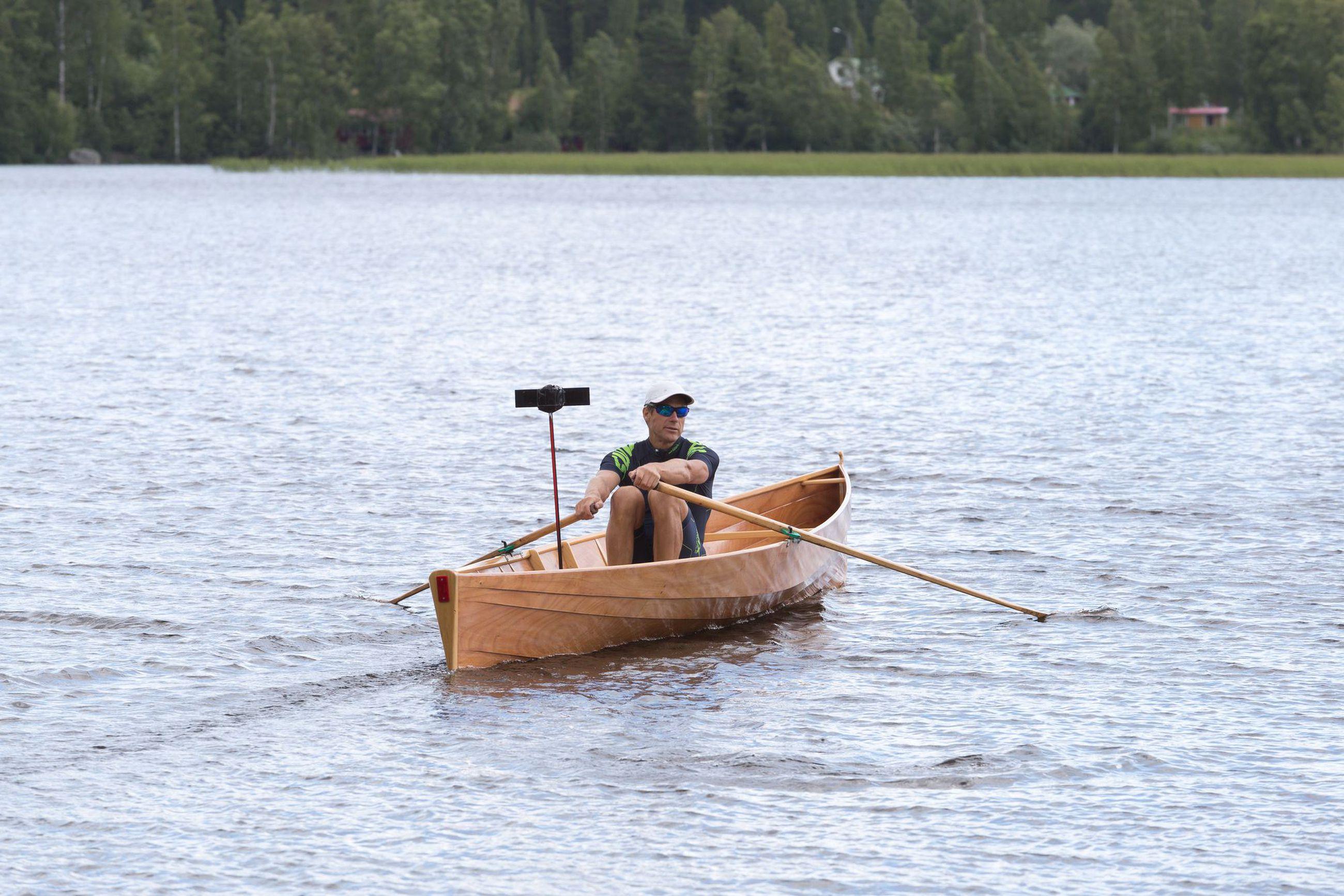 Heikki Karjaluoto käy harjoittelemassa Päijänteellä kolmesta neljään kertaa viikossa. Soutu auttaa myös irtaantumaan hektisestä arjesta: puhelimet ja muut älylaitteet jäävät veneessä vaille huomiota.