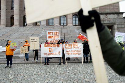 """Postilaiset osoittavat mieltä Eduskuntatalon edessä – Ministeri Paatero: """"Postin tilanteeseen täytyy saada ratkaisu pikaisesti"""""""