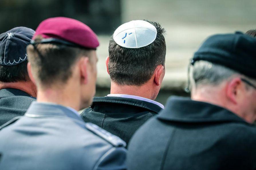 Yhdysvaltain Saksan-suurlähettiläs Richard Grenell (kesk.) kuvattiin juutalaisten kipa päässään entisellä Bergen-Belsenin keskitysleirillä Saksassa huhtikuussa.