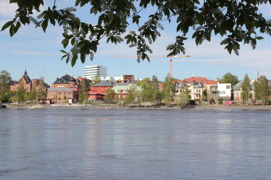 Uumajanjoki halkoo Uumajaa. Joen eteläpuolelta avautuu näkymä keskustaan.
