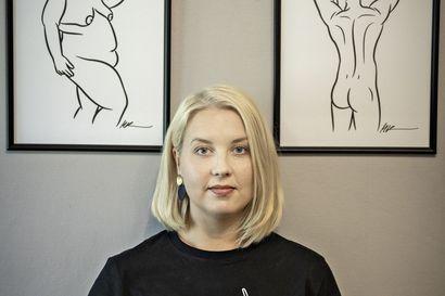 """Oululainen Mari Korpela tekee asiakkaidensa alastonkuvista taidetuotteita – """"En ajattele olevani pelkkä paitakauppias, vaan pikemminkin kehorauhan puolestapuhuja"""""""