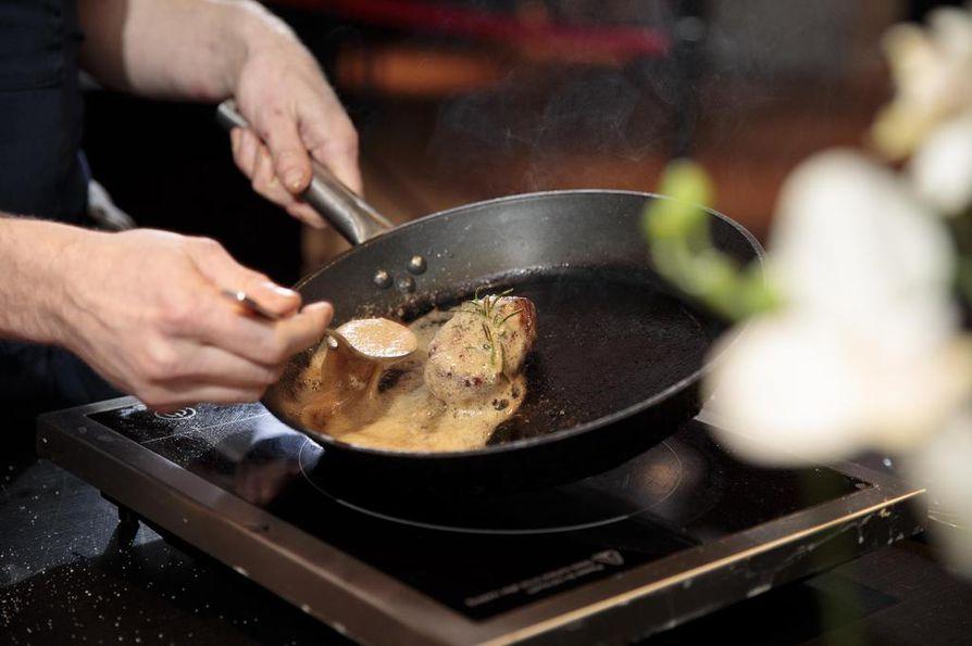 Rasvaton riistaruoka kaipaa voita. Oula Hänninen lusikoi sulanutta voita sorsanfileen päälle.