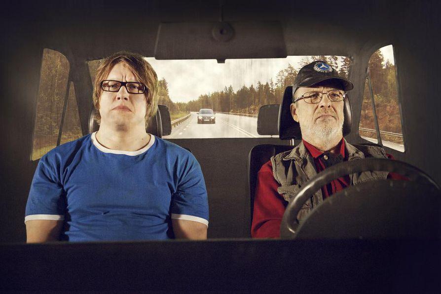 Paluu juurille Kai Latvalehdon lapsuuden Göteborgiin. Kain roolin näyttelee Oulun kaupunginteatterissa Aki Pelkonen ja Taunon Hannu Pelkonen.