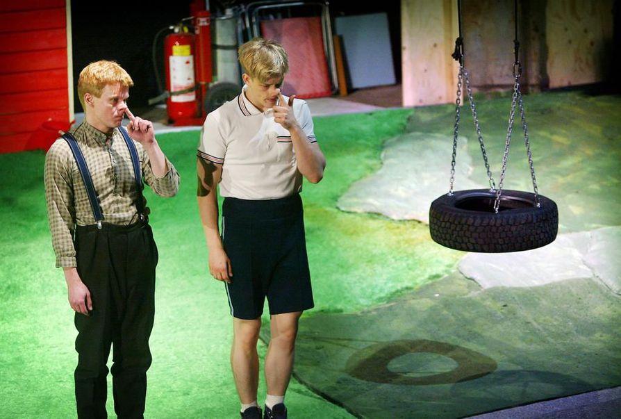 Oulun teatterissa on paljon lahjakkaita näyttelijöitä, mutta viime vuosina työtehtävät ovat jakautuneet epätasaisesti. Yksi teatterin historian suosituimmista esityksistä on ollut Mikael Niemen romaanista dramatisoitu Populäärimusiikkia Vittulajänkältä. Teatterin evakkotilassa Teatriassa 2003 kantaesitetyn näytelmän tähtiä olivat Pajalan pojat: Niila (Mikko Leskelä, vas.) ja Matti (Timo Pesonen).