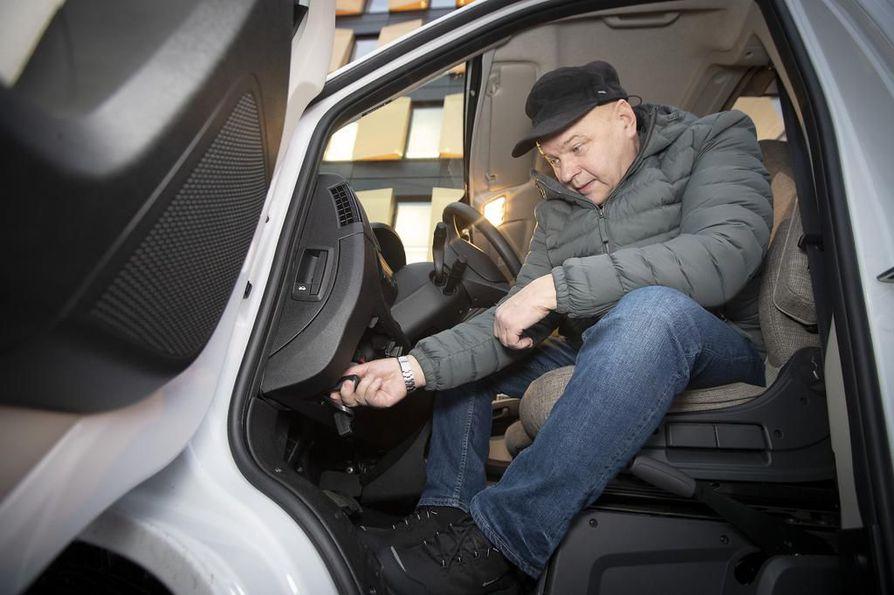 Tapio Juvani asettaa auton OBD-väylään anturin, jonka ohjelmisto tallentaa auton kuntotiedot pilvipalvelimeen.