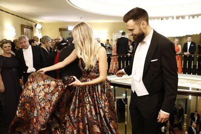Tällainen oli pukuloisto 102-vuotiaan Suomen juhlissa – katso kuvakooste illan kiinnostavimmista puvuista