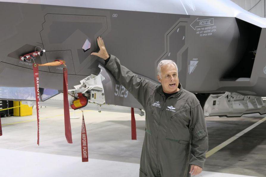 Alan Norman esittelee lämpökamerajärjestelmää, jonka avulla lentäjä pysyy selvillä siitä, mitä ympärillä tapahtuu.