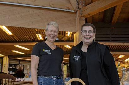 Uudet yrittäjät haluavat luoda lämmintä tunnelmaa Liminganlahdelle – Takkatulen loimotusta voi ihailla keinutuolissa istuen, kahvilan pöytiä koristavat asetelmat ja kaitaliinat