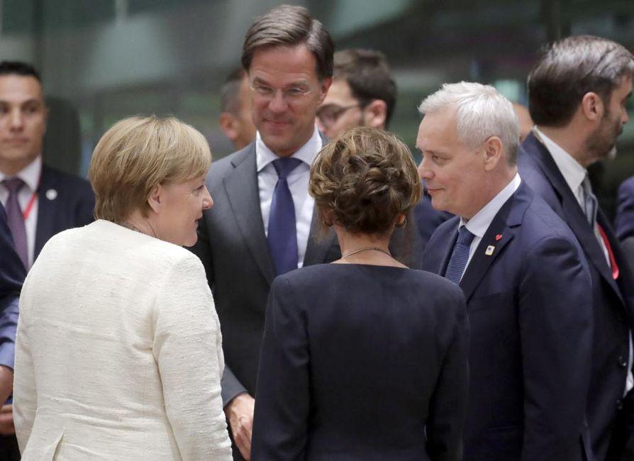 Merkel tärisi kolmannen kerran julkisuudessa tavatessaan Suomen pääministerin. Kuva on EU-huippukokouksesta kesäkuulta.