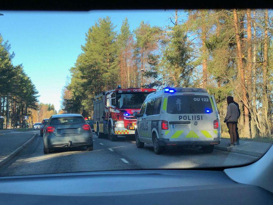 Kolmen auton peräänajo aiheutti liikenne-esteen, palokunta ohjasi liikennettä, kertoo kuvan lähettänyt lukija.