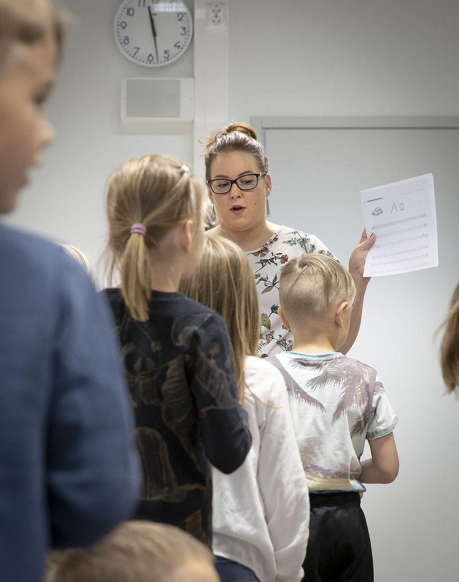Yhteisen tunninaloituksen jälkeen porukka jakaantuu kolmeen ryhmään oppilaiden tason mukaan. Opettaja Laura Haipus ohjaa ryhmäjakoa.