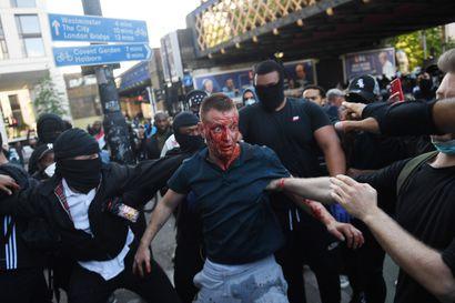 Lontoon keskustassa äärioikeistoaktivistit ottivat yhteen rasismin vastustajien kanssa – pormestari kehotti ihmisiä pysymään poissa alueelta