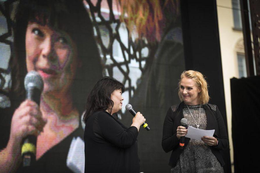 Marjo Huttu (vas.) palkttiin vuoden 2019 Rotuvaarina torstaina illalla.